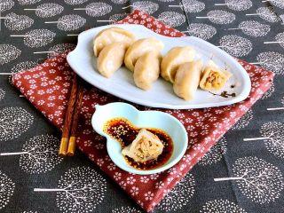 东北酸菜饺子,酸菜猪肉馅蒸饺皮薄馅大,口感微酸,鲜香适宜~