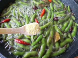 香辣毛豆,关火前加一点鸡精搅匀。