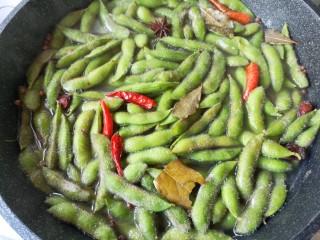 香辣毛豆,关火后让毛豆再浸泡10分钟捞出即可。煮毛豆全程不要盖锅盖,不要盖锅盖,不要盖锅盖!