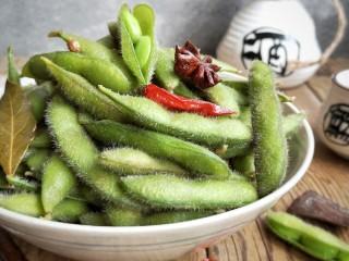 香辣毛豆,夏天做,一定要尽快吃,不然豆类容易坏!吃不完的放冰箱冷藏!