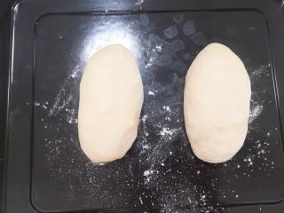 酸奶菠萝芝士土司,把面团分成均等的两份,整理如图