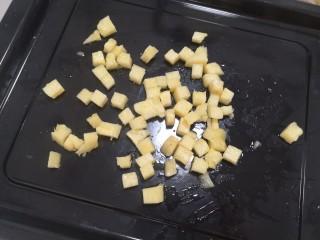 酸奶菠萝芝士土司,菠萝切小丁,不要超过1厘米见方
