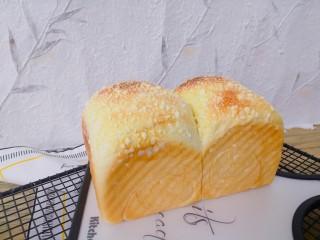 酸奶菠萝芝士土司,烤箱中下层,上火140℃,下火180度,烤38分钟。上层上色以后盖锡纸,出炉后晾到还有一点温热,密封保存。