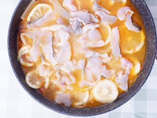 柠檬酸汤鲈鱼,放入鱼肉片,煮至高汤沸腾后出锅