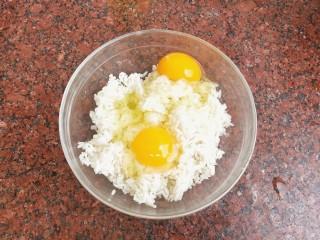 杂蔬虾仁炒饭,鸡蛋打入米饭中