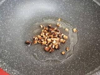 杂蔬虾仁炒饭,锅中放少许油,下香菇丁煸香