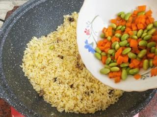 杂蔬虾仁炒饭,下胡萝卜、毛豆