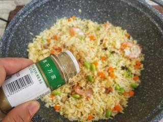 杂蔬虾仁炒饭,胡椒粉