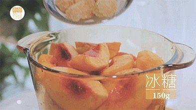 我的八月是黄桃味哒,你的呢?,将黄桃倒入锅里,加150g冰糖,1L水,用大火煮开