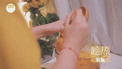 我的八月是黄桃味哒,你的呢?,拿出之前消毒好的玻璃瓶,趁热装进玻璃瓶里盖上盖子