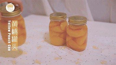 我的八月是黄桃味哒,你的呢?,放进冰箱冷藏一晚,黄桃罐头就做好啦,开吃吧~