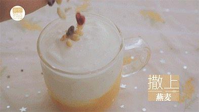 我的八月是黄桃味哒,你的呢?,在杯里倒入黄桃酱、酸奶、撒上燕麦、放上黄桃片