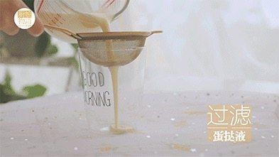我的八月是黄桃味哒,你的呢?,在量杯里打入1颗鸡蛋打散搅匀,加入刚煮好晾凉的牛奶液继续搅拌均匀,然后过滤。(之前的牛奶液一定要晾凉啊,不然打进鸡蛋里就成蛋花汤了)