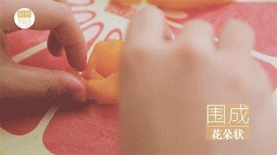 我的八月是黄桃味哒,你的呢?,黄桃果冻 将黄桃罐头切成薄片,围成花朵状,放入杯中