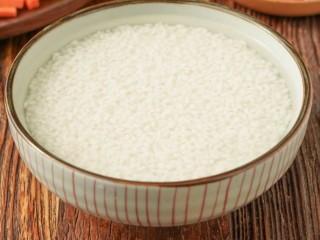 新疆特色手抓饭,大米洗净,浸泡半小时