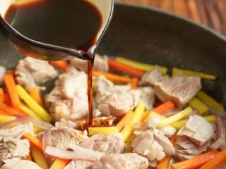 新疆特色手抓饭,加水煮至开锅,锅中加入盐和生抽,关火
