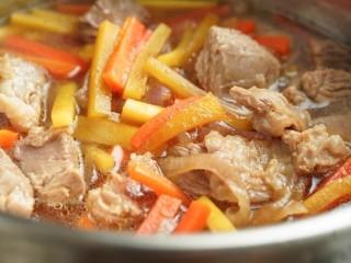 新疆特色手抓饭,倒入炒好的洋葱、胡萝卜、羊肉和汤
