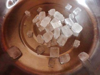冰糖葡萄罐头,锅中放入冰糖