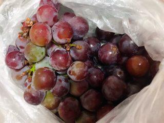 冰糖葡萄罐头,朋友自己种的葡萄刚摘下来送过来好多我就准备最一些甜品哦