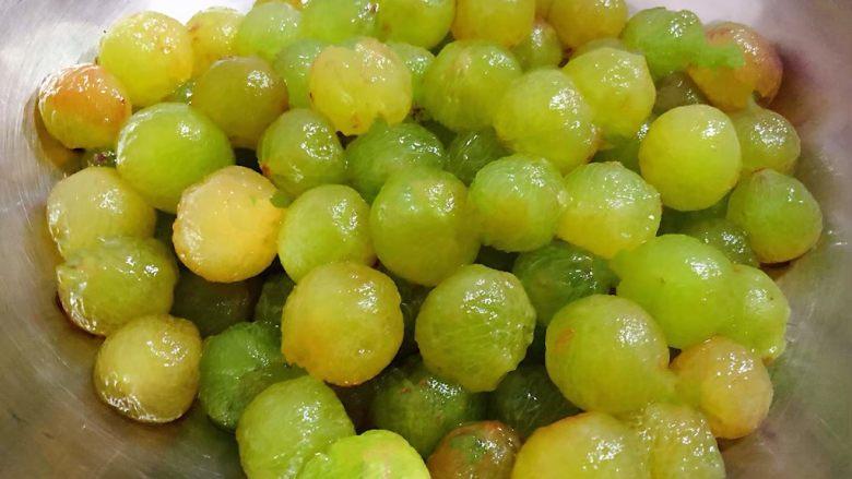 冰糖葡萄罐头,葡萄粒摘下来洗净去皮再清洗干净沥干水份备用