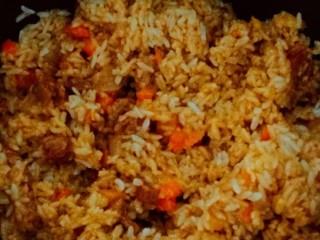 新疆特色手抓饭,将锅中米饭与菜肉,翻拌均匀