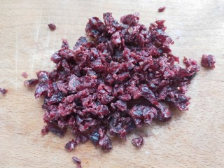 最健康的小零食!酸奶牛乳糖!,蔓越莓要切成碎。