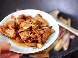 海虾肉片辣炒茄条,这个时候加入炒熟的猪肉片。