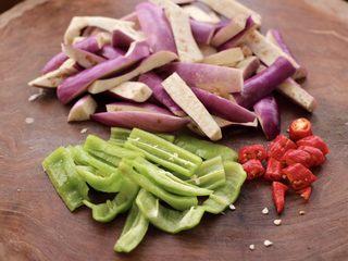 海虾肉片辣炒茄条,把茄子用刀切成条,青椒切条,红尖椒切丁。