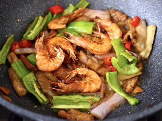 海虾肉片辣炒茄条,大火快速翻炒至青红辣椒变色,加入煎熟的海虾,把所有的食材翻炒均匀即可关火。