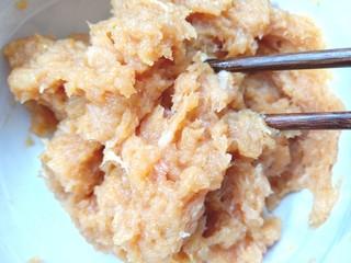 萝卜鸡肉卷,搅拌均匀,腌制10分钟
