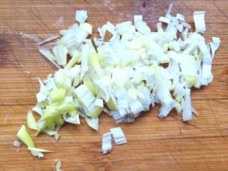 萝卜鸡肉卷,葱切碎备用