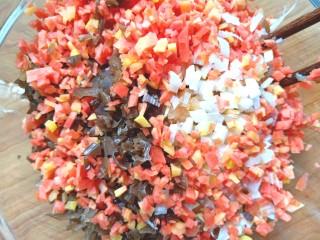 萝卜鸡肉卷,切好的菜都放入鸡肉末中