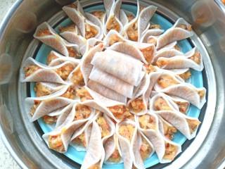 萝卜鸡肉卷,放入锅中,水开后蒸10分钟