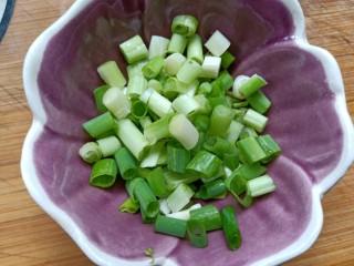 萝卜鸡肉卷,香葱切碎