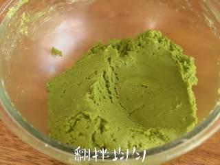 松脆【抹茶夹心曲奇】快手好滋味。,筛入低筋面粉和抹茶粉,搅拌均匀成面团,将面团分成30g每个