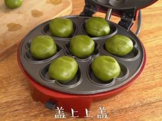 松脆【抹茶夹心曲奇】快手好滋味。,小红锅最高温预热完成后,放入饼胚,盖上上盖