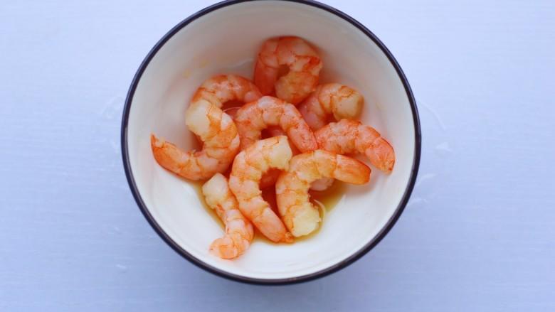 秋葵虾仁菌菇汤,虾仁加料酒生抽盐腌制10分钟。