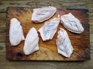 咸蛋黄鸡翅,鸡翅洗净,只在内侧打花刀切到骨头。这样外侧还是完整好看的。
