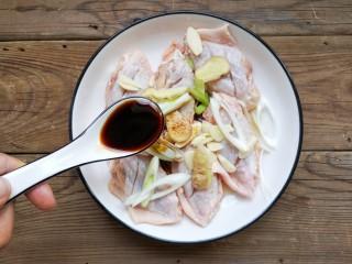 咸蛋黄鸡翅,加适量的味极鲜酱油。