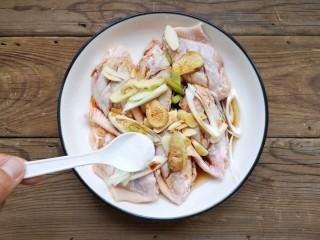 咸蛋黄鸡翅,再加少量的盐,盐一定不要多加,后面包裹的咸蛋黄也是有咸味的哦!