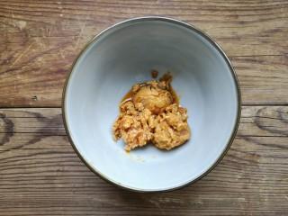 咸蛋黄鸡翅,将咸鸭蛋剥出蛋黄放入容器中压碎备用。