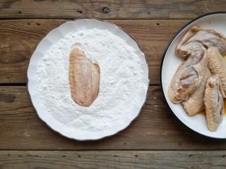 咸蛋黄鸡翅,将腌好的鸡翅外面薄薄裹一层炸粉。(没有裹炸粉的可以将面粉和淀粉按1:1比例混合均匀)