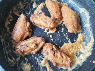 咸蛋黄鸡翅,倒入鸡翅,翻炒均匀。