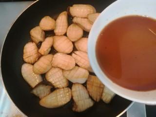 酱汁杏鲍菇,两面煎至金黄后,倒入搅拌好的料汁