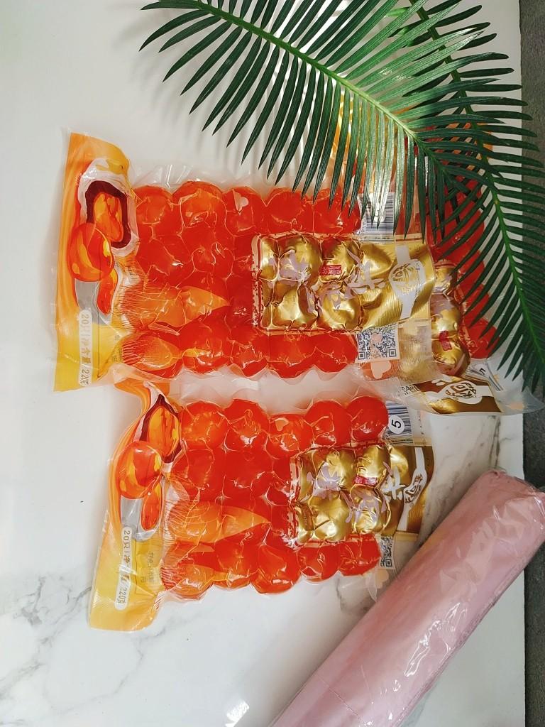 广式月饼~网红大螃蟹咸蛋黄月饼,我用的金奇香咸蛋黄是密封冷冻包装的,你也可以现新鲜磕咸鸭蛋;现磕的一定要把蛋黄上面的一层膜去掉,因为会腥;