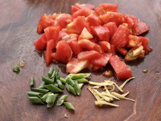 韩式部队火锅,把番茄洗净去除根部,用刀切成小块,葱姜切丝。