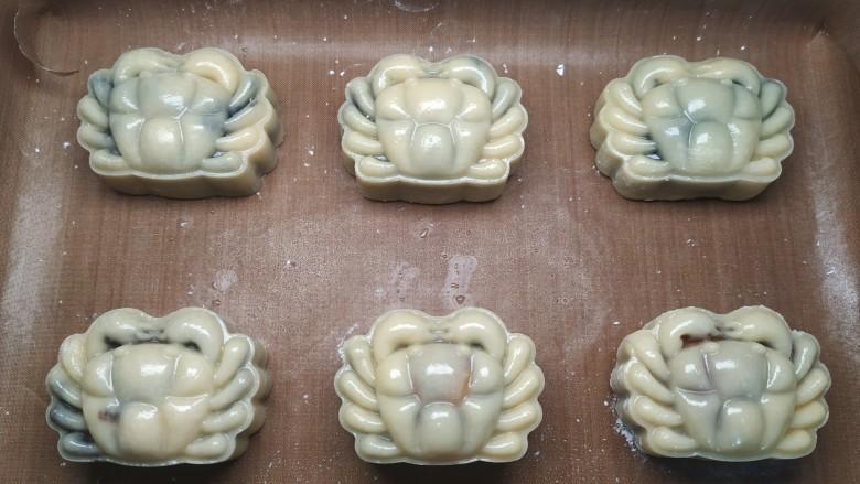 广式月饼~网红大螃蟹咸蛋黄月饼,月饼都压好后表面喷水;