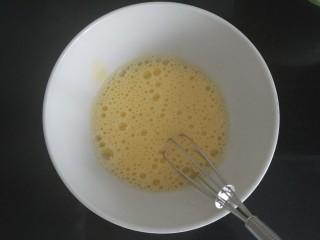 广式月饼~网红大螃蟹咸蛋黄月饼,一个鲜鸡蛋黄加15ml牛奶混合均匀;