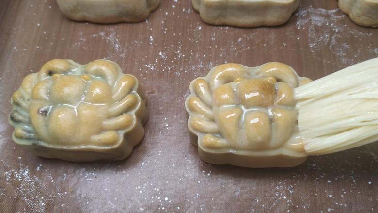 广式月饼~网红大螃蟹咸蛋黄月饼,用羊毛刷在月饼表面刷一层薄薄的蛋黄牛奶液;