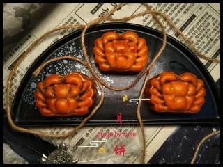 广式月饼~网红大螃蟹咸蛋黄月饼,这是三天后完美回油的。